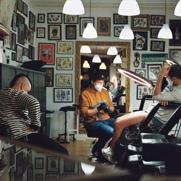 Praca w studiu tatuażu